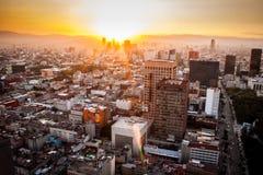 Flyg- sikt av Mexiko - stad på solnedgången Royaltyfria Bilder