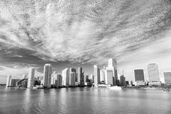 Flyg- sikt av Miami skyskrapor med blå molnig himmel, Royaltyfria Bilder