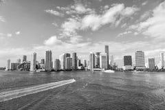 Flyg- sikt av Miami skyskrapor med blå molnig himmel Royaltyfria Bilder