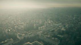 Flyg- sikt av Milan cityscape på en disig dag italy lombardy lager videofilmer