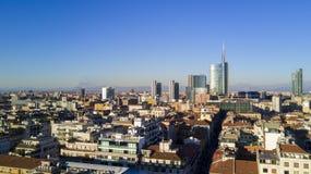 Flyg- sikt av mitten av Milan, panoramautsikt av Milan, Porta Nuova uppehåll och skyskrapor, Italien, Fotografering för Bildbyråer