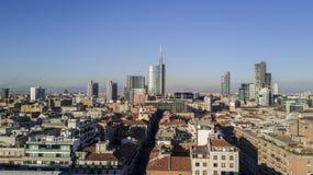 Flyg- sikt av mitten av Milan, panoramautsikt av Milan, Porta Nuova uppehåll och skyskrapor, Italien, Royaltyfria Bilder