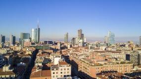 Flyg- sikt av mitten av Milan, panoramautsikt av Milan, Porta Nuova uppehåll och skyskrapor, Italien, Arkivfoto