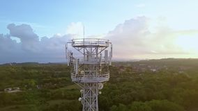 Flyg- sikt av mobiltelefonkommunikationstornet i grön natur lager videofilmer