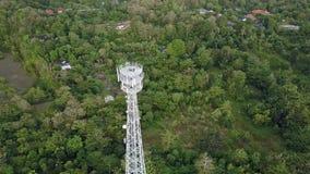 Flyg- sikt av mobiltelefonkommunikationstornet i grön natur arkivfilmer