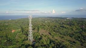 Flyg- sikt av mobiltelefonkommunikationstornet i grön natur stock video