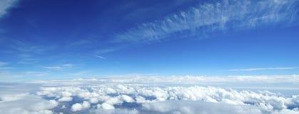 Flyg- sikt av moln över jorden. Arkivfoto