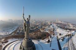 Flyg- sikt av monumentfäderneslandet i Kiev Fotografering för Bildbyråer