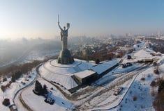Flyg- sikt av monumentfäderneslandet i Kiev Arkivbilder