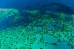 Flyg- sikt av Moore Reef på den yttre stora barriärrevet Royaltyfria Bilder