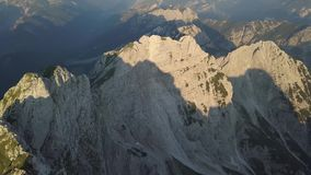 Flyg- sikt av morgonlandskapet av alpina berg, Slovenien lager videofilmer