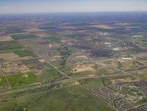 Flyg- sikt av morgonrodnad, sikt från fönsterplats i ett flygplan Arkivbild