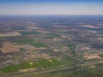 Flyg- sikt av morgonrodnad, sikt från fönsterplats i ett flygplan Royaltyfria Bilder