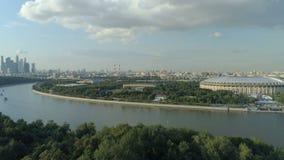 Flyg- sikt av moscow flodcityscape och stadion lager videofilmer