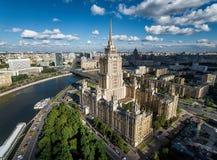 Flyg- sikt av Moskva med hotellet Royaltyfria Foton