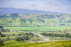 Flyg- sikt av motorvägföreningspunkten och jordbruks- fält, bergbakgrund, södra San Francisco Bay, San Jose, Kalifornien arkivfoto