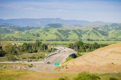 Flyg- sikt av motorvägtillträdeet, bergbakgrund, södra San Francisco Bay, San Jose, Kalifornien fotografering för bildbyråer