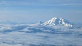Flyg- sikt av Mount Rainier, monteringen adams och mt St Helens arkivfilmer