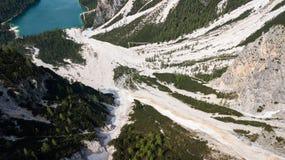 Flyg- sikt av mudflowen med snö som är hög i de alpina bergen Fotografering för Bildbyråer