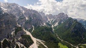 Flyg- sikt av mudflowen med snö som är hög i de alpina bergen Royaltyfria Foton