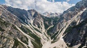 Flyg- sikt av mudflowen med snö som är hög i de alpina bergen Arkivbild