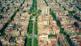 Flyg- sikt av multipelsurr som flyger och filmar ovanför Barcelona kvarter modell, Spanien framförande 3d Royaltyfria Foton