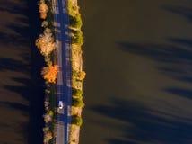 Flyg- sikt av nedgångsidor och färger runt om en sjö arkivbild