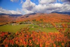Flyg- sikt av nedgånglövverk i Stowe, Vermont Arkivfoton
