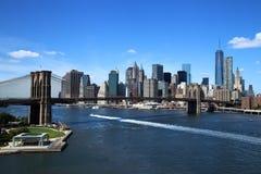 Flyg- sikt av New York City i stadens centrum horisont med den Brooklyn bron Arkivbild