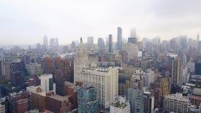 Flyg- sikt av New York, Midtown Manhattan Residental byggnader, gataans-tvärgator från över lager videofilmer