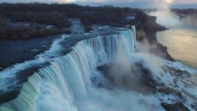 Flyg- sikt av Niagara Falls under solnedgång på vinter stock video