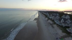 Flyg- sikt av oceanfronten för strandhus på den norr Topsail stranden, NC arkivfilmer