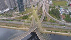 Flyg- sikt av Octavio Frias de Oliveira Bridge, en gränsmärke i Sao Paulo, den största staden i Brasilien arkivfilmer
