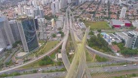 Flyg- sikt av Octavio Frias de Oliveira Bridge, en gränsmärke i Sao Paulo, den största staden i Brasilien lager videofilmer