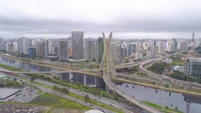 Flyg- sikt av Octavio Frias de Oliveira Bridge, en gränsmärke i Sao Paulo, den största staden i Brasilien stock video