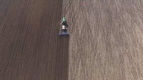 Flyg- sikt av odla för traktor fält med svart jord för att plantera i 4K stock video