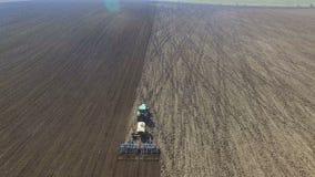 Flyg- sikt av odla för traktor fält med svart jord för att plantera i 4K lager videofilmer