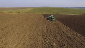 Flyg- sikt av odla för traktor fält med svart jord för att plantera i 4K arkivfilmer