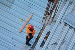 Flyg- sikt av oigenkännliga väg-och vattenbyggnadsingenjör som kontrollerar arbetet Royaltyfria Bilder