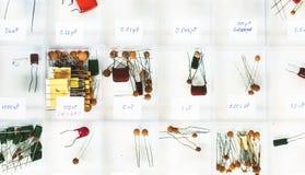 Flyg- sikt av olika kapacitetselektronikdelar Arkivbild