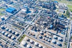 Flyg- sikt av oljeraffinaderiet royaltyfri bild