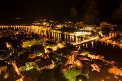 Flyg- sikt av Omis och den Cetina floden på natten, Dalmatia arkivfoto