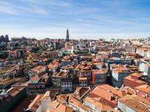 Flyg- sikt av orange tak och historiska byggnader av den gamla staden och Clerigos det kyrkliga tornet av Porto, Portugal Arkivbilder