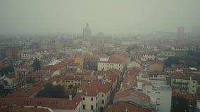 Flyg- sikt av Padua cityscape i dimma, Italien stock video