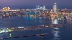 Flyg- sikt av Palm Jumeirah ödagen till natttimelapse stock video