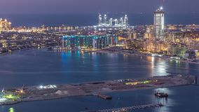 Flyg- sikt av Palm Jumeirah ödagen till natttimelapse lager videofilmer
