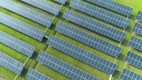 Flyg- sikt av paneler för sol- energi, solpaneler, solenergiväxter lager videofilmer