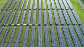 Flyg- sikt av paneler för sol- energi, solpaneler, solenergiväxter arkivfilmer