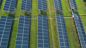 Flyg- sikt av paneler för sol- energi, solpaneler, solenergiväxter stock video
