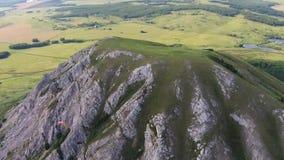 Flyg- sikt av paragliding nära bergenslingen Toratau stock video